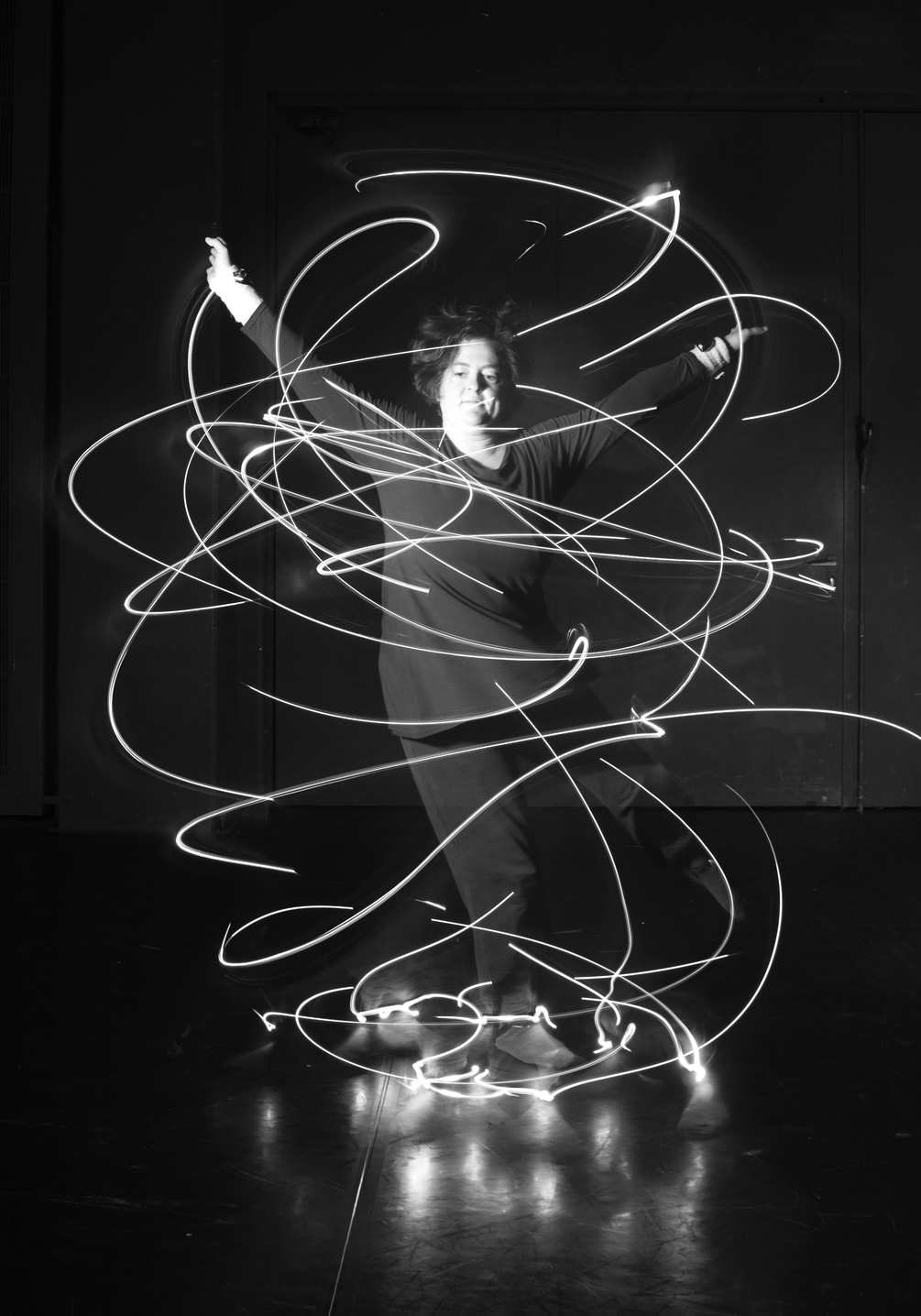 tracking-dance-mounted-miniature-lightbulb-in-motion-1005x1435px